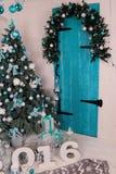 舒适家庭内部,与圣诞树和新年装饰 免版税库存照片