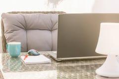 舒适家庭办公室在您自己的休息室区域 免版税图库摄影