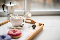 舒适家庭周末、咖啡和甜点 免版税图库摄影