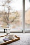 舒适家庭周末、咖啡和甜点 库存照片