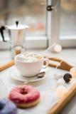 舒适家庭周末、咖啡和甜点 图库摄影