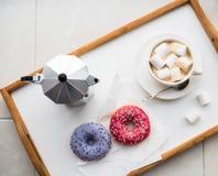 舒适家庭周末、咖啡和甜点 免版税库存图片