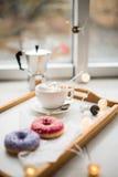 舒适家庭周末、咖啡和甜点 库存图片