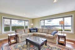 舒适家庭娱乐室有从窗口的惊人的看法 库存照片