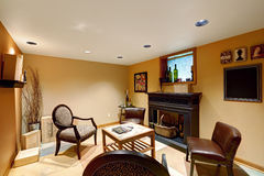 舒适就座区域在地下室屋子里 免版税库存照片