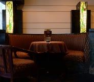 舒适就座在餐馆 免版税库存图片