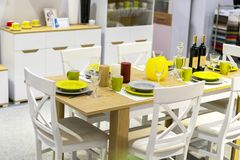 舒适房子内部 有装饰的木餐桌的厨房室 免版税库存图片