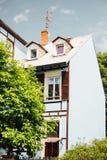 舒适房子门面在一温暖的天 免版税库存图片