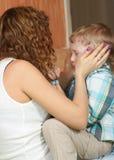 舒适母亲儿子 免版税库存图片