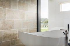 舒适浴缸在卫生间里 免版税库存图片