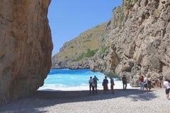 舒适海滩的游人Sa Calobra Cala在马略卡,西班牙的 库存图片