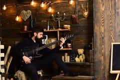 舒适温暖的大气戏剧松弛灵魂音乐的人 人有胡子的音乐家喜欢与低音吉他,木 库存图片