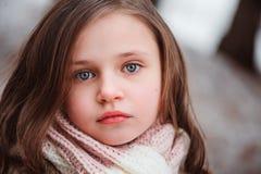 舒适温暖的室外冬天步行的儿童女孩 免版税图库摄影