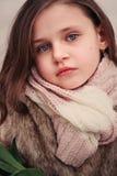 舒适温暖的室外冬天步行的儿童女孩 免版税库存图片