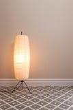 舒适灯在空的屋子里 免版税库存图片