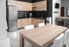 舒适现代厨房内部与新的家具 免版税库存照片