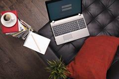 舒适的工作地点在办公室外 免版税库存照片