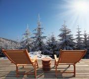 舒适的椅子邀请游人放松 免版税库存照片