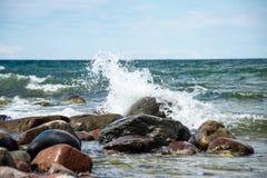 舒适的海滩波罗的海用碰撞在r的水 免版税库存照片