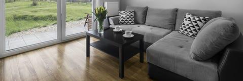 舒适的灰色长沙发 免版税图库摄影