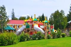 舒适的现代儿童操场在娱乐中心在Zyuratkul国家公园在Satka,南乌拉尔,俄罗斯 免版税图库摄影