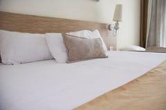 舒适的白色床 巨大badroom内部 所选的重点 免版税库存照片