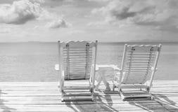 舒适空白海滩睡椅在天堂 免版税图库摄影