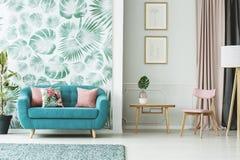 舒适绿松石长沙发 免版税库存图片