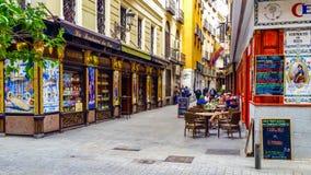 舒适老街道在中央马德里 免版税图库摄影