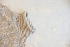 舒适舱内甲板位置 冬天和秋天温暖的衣物:毛线衣,围巾,在白色具体质地背景的手套 免版税库存图片