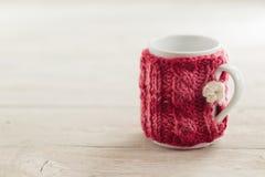 舒适被编织的杯子 图库摄影