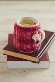舒适被编织的杯子 免版税库存图片