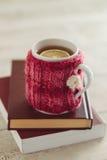舒适被编织的杯子 库存照片