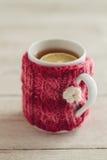 舒适被编织的杯子 免版税图库摄影
