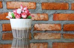 舒适装饰的客厅人造花的角落, V 免版税库存图片