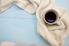 舒适软的冬天背景,被编织的毛线衣杯热的咖啡老葡萄酒木板 圣诞节假日在家 文本的地方, 免版税库存照片