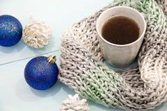 舒适软的冬天背景,被编织的毛线衣杯热的咖啡老葡萄酒木板 圣诞节假日在家 文本的地方, 免版税库存图片