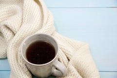 舒适软的冬天背景,被编织的毛线衣杯热的咖啡老葡萄酒木板 圣诞节假日在家 文本的地方, 库存图片
