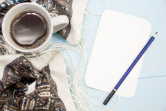 舒适软的冬天背景,被编织的毛线衣杯热的咖啡老葡萄酒木板 圣诞节假日在家 文本的地方, 免版税图库摄影