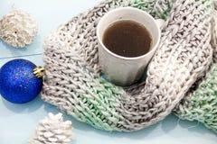 舒适软的冬天背景,被编织的毛线衣杯热的咖啡老葡萄酒木板 圣诞节假日在家 文本的地方, 图库摄影
