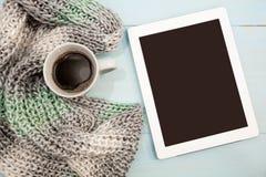 舒适软的冬天背景,被编织的毛线衣片剂杯热的咖啡老葡萄酒木板 圣诞节假日在家 地方为 免版税库存照片