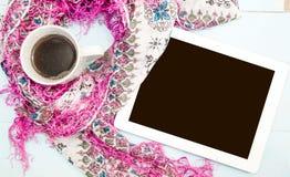 舒适软的冬天背景,被编织的毛线衣片剂杯热的咖啡老葡萄酒木板 圣诞节假日在家 地方为 库存照片