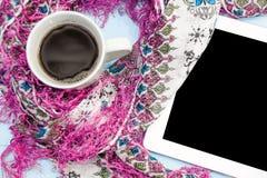 舒适软的冬天背景,被编织的毛线衣片剂杯热的咖啡老葡萄酒木板 圣诞节假日在家 地方为 免版税库存图片