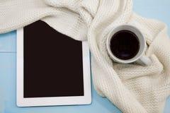 舒适软的冬天背景,被编织的毛线衣片剂杯热的咖啡老葡萄酒木板 圣诞节假日在家 安置tex 图库摄影