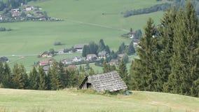 舒适非常老葡萄酒木房子在小山的奥地利阿尔卑斯与在背景的绿草新现代 股票视频