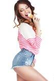 舔可口冰淇凌的引诱的兴高采烈的妇女 免版税库存图片
