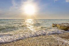 舔在Pebble海滩的波浪 库存照片