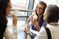 舔妇女的奶油色冰 库存图片