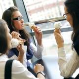 舔妇女的奶油色愉快的冰 库存照片