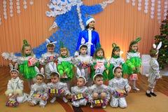 舞会服装的孩子在幼儿园的午后的演出 库存图片